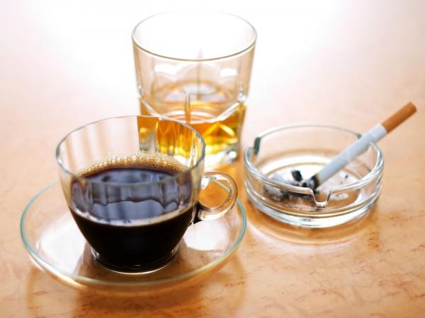 Zigaretten, Kaffee und Alkohol
