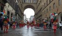 Soldaten, Musikanten und Flaggenträgern auf dem Weg zum Dom