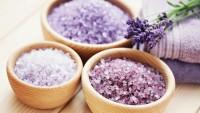 DIY-Badesalz mit ätherischen Ölen, Blumen oder Heilkräutern